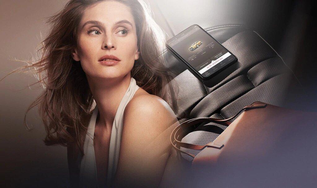 Mujer junto a su bolso con la app my DS