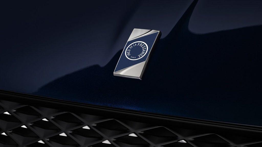 Insignia especial de la nueva colaboración de DS que se encuentra el el frontal exterior del vehículo.